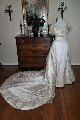 Victoriaanse 'court presentation gown'