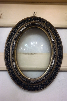 Oval frame with convex glass